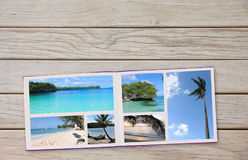 Photobook-Album auf Plattform-Tabelle mit Reise-Fotos Lizenzfreie Stockfotos