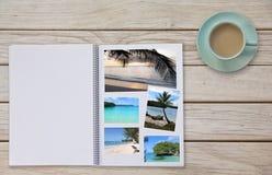 Photobook-Album auf Plattform-Tabelle mit Reise-Fotos Kaffee oder Tee in der Schale Stockfoto