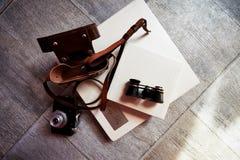 Photobook dans le cuir lumineux, les rétros jumelles et le vieil appareil-photo créateur photo libre de droits