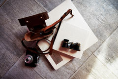 Photobook in helder leer, retro verrekijkers en oude camera creatief Royalty-vrije Stock Foto