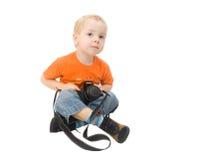 Photocamera Holding des kleinen Jungen Stockfotografie