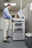 Photocopiage d'employé de bureau images libres de droits