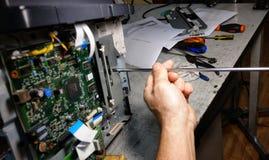 Photocopieur de réparations de technicien avec le tournevis photo stock
