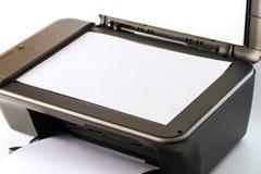 Photocopieur multifonctionnel avec les pages du papier blanches photos libres de droits