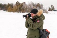 Photocorrespondent w ciepłym odziewa brać obrazki rywalizacja fotografia royalty free