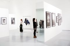 Photoexhibition av Veruschka i Moscow Royaltyfria Bilder