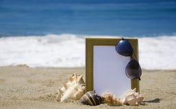 Photoframe στην αμμώδη παραλία Στοκ φωτογραφία με δικαίωμα ελεύθερης χρήσης