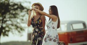 Photogenic молодая женщина 2, нося ретро стильное платье в середине природы усмехаясь и обнимая один другого видеоматериал