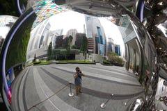 Photografer na reflexão na bola da árvore dos christmass em Singapura fotos de stock