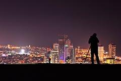 Photografer toma una fotografía del teléfono Aviv Skyline Fotos de archivo
