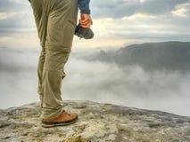 Photograper del paisaje con disponible listo de la cámara Hombre ascendente para arriba fotos de archivo