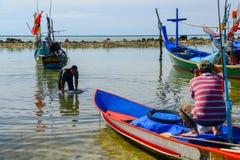 Photograper op bootparkeren op strand die visser schieten Royalty-vrije Stock Foto's