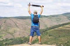 Photograpfer счастья с треногой и blackpack смотря landsca стоковые фотографии rf