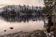 Photograpger obok jeziora przy wczesną zimą Fotografia Stock