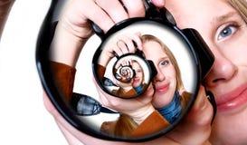 Photographe à l'intérieur d'appareil-photo de photo. Photographie stock libre de droits