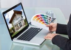 Photographe éditeur With Color Swatches à l'aide de l'ordinateur portable photos libres de droits