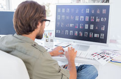 Photographe éditeur regardant des ongles du pouce sur l'ordinateur image libre de droits