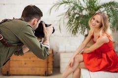 Photographe actif tenant un appareil photo numérique photos stock