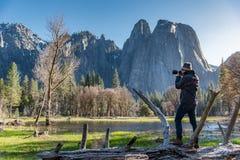 Photographe asiatique d'homme en parc national de Yosemite photo libre de droits