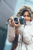 Photographe asiatique d'indépendant explorant en temps froid images stock