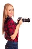 Photographe attirante de femme au travail avec DSLR d'isolement Photos stock