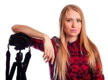 Photographe attirante de femme au travail avec DSLR d'isolement sur le petit morceau Photos stock