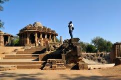 Photographe au temple de Modhera Sun, Goudjerate photographie stock libre de droits