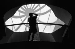 Photographe au travail dans une rampe de musée Photographie stock libre de droits