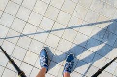 Photographe au travail Vue d'un trépied à ses pieds Photo libre de droits