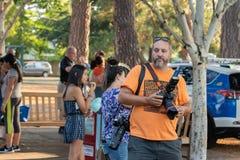 Photographe avec deux caméras de dslr photographie stock libre de droits