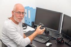 Photographe avec l'appareil-photo au bureau avec l'ordinateur images libres de droits