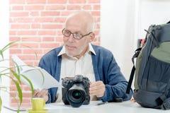 Photographe avec l'appareil-photo et la forme de l'information Photos stock