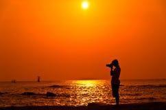 Photographe avec le sillouette sur la plage de Hua Hin Image stock