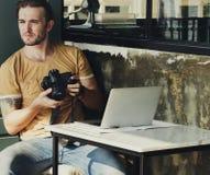 Photographe caucasien au café de café photo libre de droits
