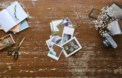 Photographe créatif d'espace de travail de cuisson créative foncée d'espace de travail assortissant des photos de vintage Photo libre de droits