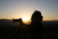 photographe d'homme d'horizontal photographiant le bois de fleuve Photo stock