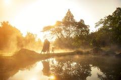 Photographe dans l'amour au lever de soleil derrière la source thermale, Images stock