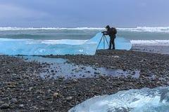 Photographe dans la lagune de glacier de Jokulsarlon, Islande du sud Photo stock