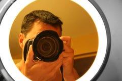 Photographe dans le miroir photo stock