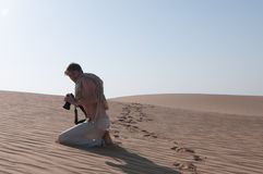 Photographe dans le sable Images stock