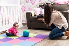 Photographe de bébé au travail Photographie stock