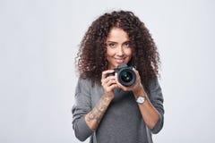 Photographe de femme avec l'appareil-photo professionnel de photo photographie stock