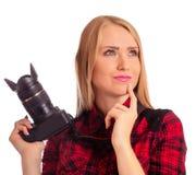 Photographe de femme pensant quoi tirer - d'isolement sur le blanc Image stock