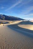 Photographe de femme photographiant des ondes de sable Photo stock