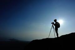 Photographe de femme prenant des photos à la crête de montagne photo stock