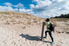 Photographe de femme professionnelle prenant des photos sur la plage de sable Photos libres de droits
