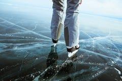 Photographe de fille marchant sur la glace criquée d'un lac Baïkal congelé photographie stock libre de droits