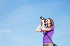 Photographe de jeune dame à l'extérieur Photos stock
