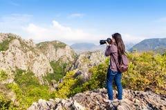 Photographe de nature prenant des photos dehors images stock