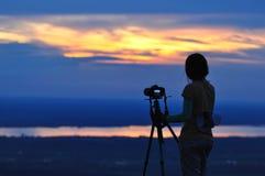 Photographe de nature prenant des photos dehors pendant la hausse du voyage Photos libres de droits